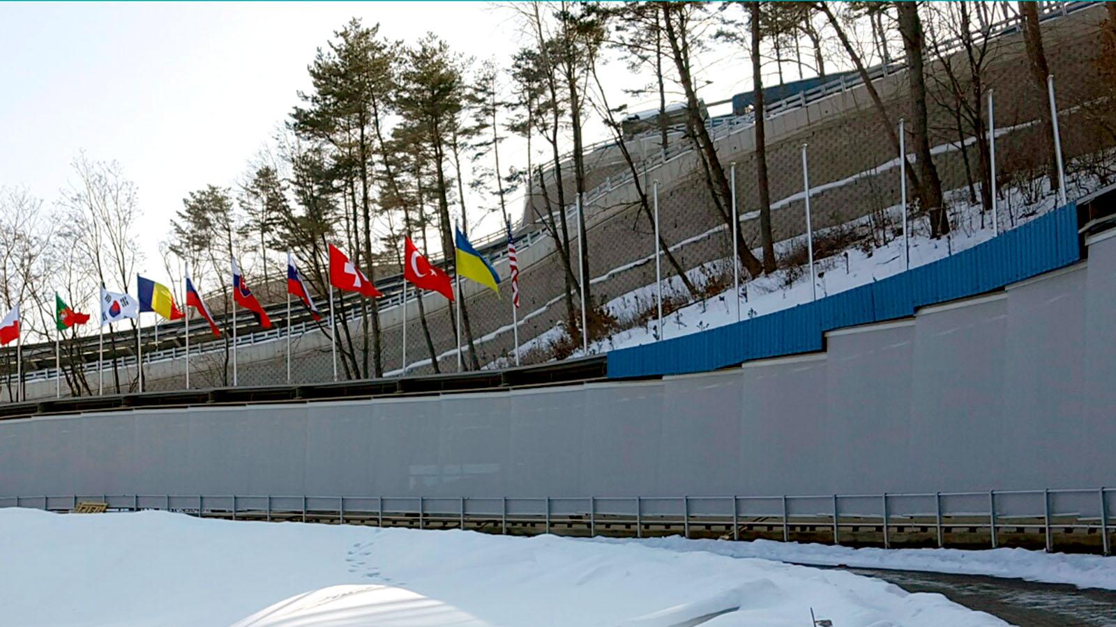 vista esterna delle tende su una curva della pista da Bob Alpensia