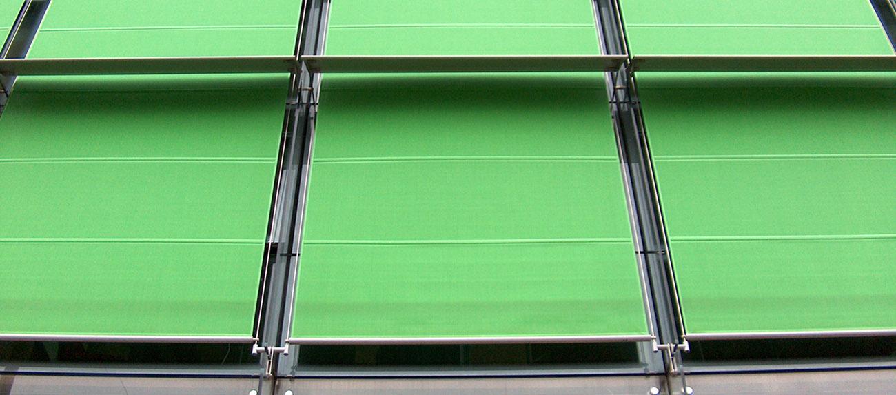 Le ternde sono guidate con tondino in acciaio inox;<br /> I teli sono steccati con barre in acciaio inox per aumentare la resistenza al vento.