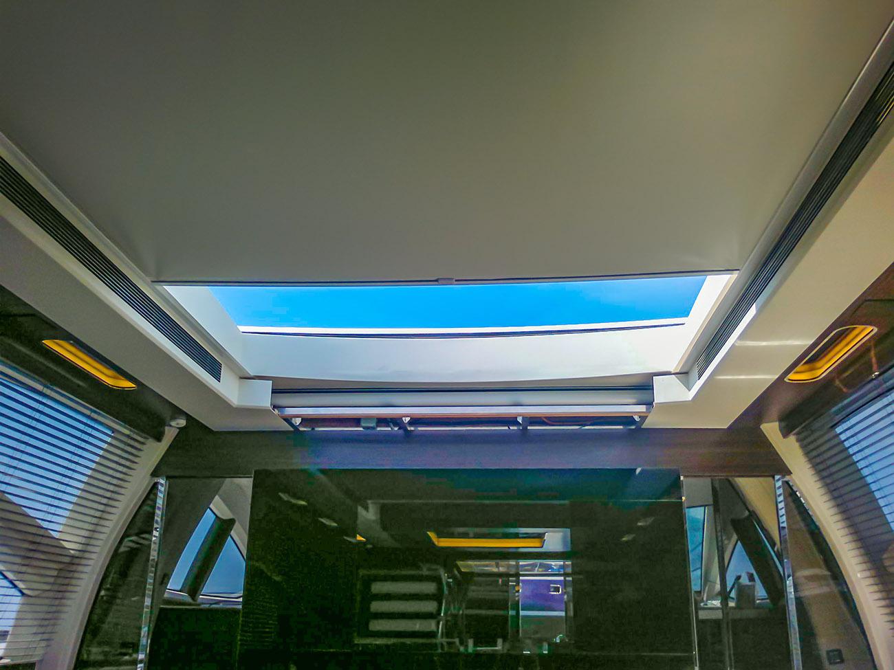 Tenda a rullo oscurante sul lucernario di uno yacht